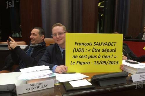 l-elu-de-montceau-lilian-noirot-avec-une-des-pancartes-qui-rappellent-a-francois-sauvadet-son-engagement-de-demissionner-de-son-poste-de-depute-apres-les-elections-regionales-photo-benoit-montaggioni-1458296618.jpg